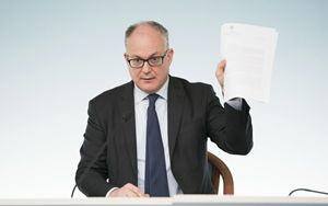 Gualtieri ringrazia BCE e insiste su Coronabond